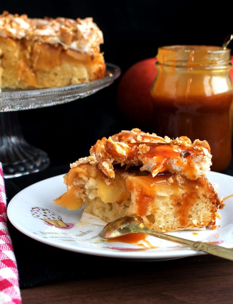 Porción de tarta de manzana con baño de caramelo